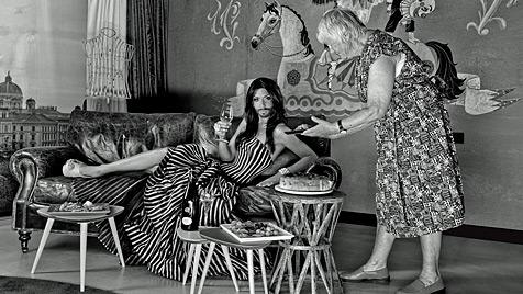 Conchita Wurst rekelt sich vor Baumann-Linse (Bild: photo by ManfredBaumann.com, Outfits: Manufaktur Herzblut)