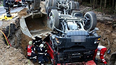 OÖ: Laster kippt in Grube - 58-jähriger Lenker stirbt (Bild: APA/FF GRÜNBACH/WERNER KERSCHBAUMMAYR)