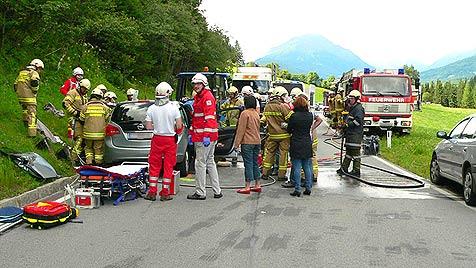 Sbg: Pkw kracht gegen Traktor - drei Schwerverletzte (Bild: APA/FEUERWEHR TAMSWEG)
