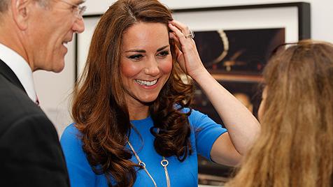 Herzogin Kate trägt 64.000-Euro-Kette mit fünf Ringen (Bild: dapd)