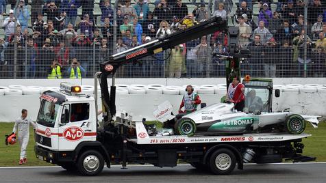 Schumacher bei wildem Crash im Training unverletzt (Bild: Sascha Schuermann/dapd)