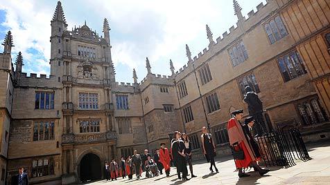 Universität Oxford erlaubt Röcke für Männer (Bild: EPA)