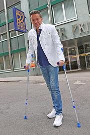Nach Sturz: Mit Entertainer Alfons Haider in der Klinik (Bild: Peter Tomschi)