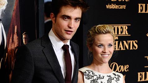 Pattinson versteckt sich bei Reese Witherspoon (Bild: dapd)