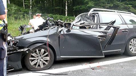 Pkw schiebt sich unter Anhänger: Lenker stirbt in NÖ (Bild: Joachim Zagler/Freiwillige Feuerwehr Alland)