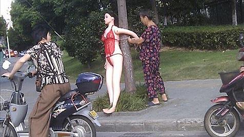 Sexpuppe in roten Dessous reguliert in China den Verkehr (Bild: weibo.com)