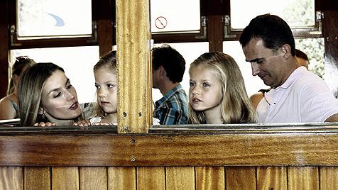 Letizia und Felipe: Dampflokfahrt mit Töchtern (Bild: EPA)