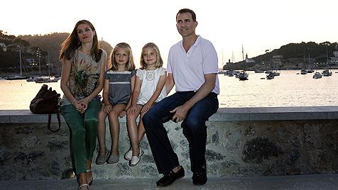 Letizia und Felipe: Dampflokfahrt mit Töchtern (Bild: AFP)