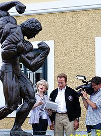 Arnie brettert mit Panzer durch Grazer  Kaserne (Bild: APA/Markus Leodolter)