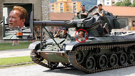 Arnie brettert mit Panzer durch Grazer  Kaserne (Bild: APA/Bundesheer)