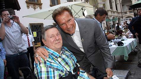 Arnie in Graz: Zünftiges Essen und alte Freunde (Bild: Christian Jauschowetz)