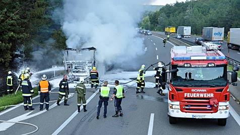 Sattelzug auf A21 in NÖ vollkommen ausgebrannt (Bild: APA/LUKAS DERKITS/PRESSESTELLE BFK MÖDLING)