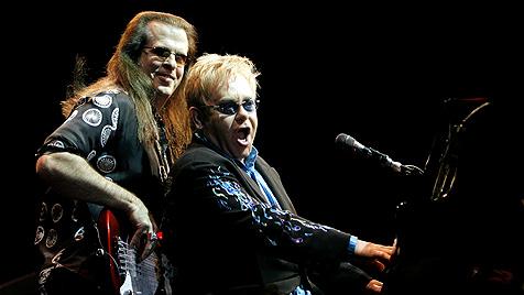 Bassist von Elton John tot aufgefunden (Bild: EPA)