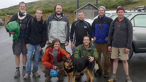 Freiwillige retten verlassene Hündin von US-Bergkamm (Bild: AHNow.org, Chris O'Riley)