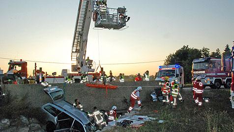 NÖ: Komplizierte Rettungsaktion für 150-Kilo-Lenker (Bild: Herbert Wimmer /Pressestelle BFK Mödling)