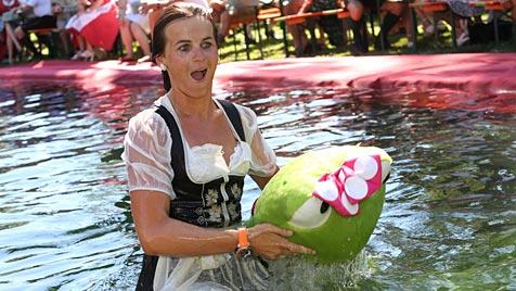 """Salzburg: Beim """"Dirndlflugtag"""" hieß es """"Ab ins Wasser"""" (Bild: APA/FRANZ NEUMAYR)"""