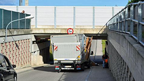 Klein-Lkw bleibt in Unterführung der Südbahn stecken (Bild: Einsatzdoku.at)