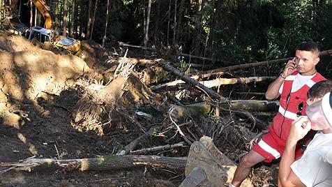 Vater und Sohn in Wald verschüttet - tot geborgen (Bild: APA/Eva Brandeis)
