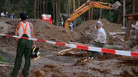 Vater und Sohn in Wald verschüttet - tot geborgen (Bild: APA/Helmut Fohringer)