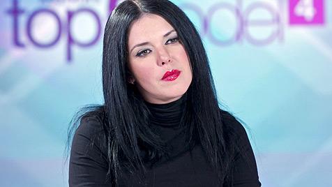 "Lagerfeld-Muse Carmen Kreuzer als Scout bei ""ANTM"" (Bild: Puls 4/Gerry Frank)"