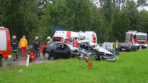 Drei Tote bei drei Unfällen auf nassen Straßen (Bild: FF Taiskirchen)