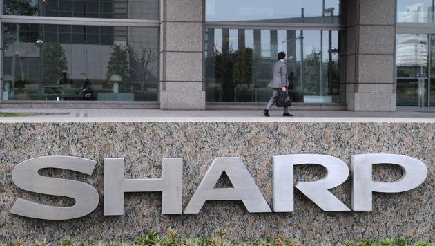 Samsung erwirbt drei Prozent am Konkurrenten Sharp (Bild: EPA)