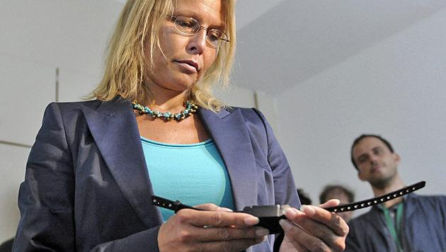 Justizministerin Karl jetzt für Fußfesseln mit GPS-Ortung (Bild: APA/HELMUT FOHRINGER)