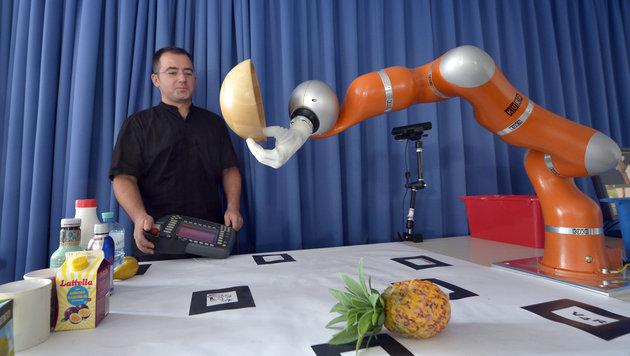 TU Wien will Roboter alltagstauglich machen (Bild: APA/ROLAND SCHLAGER)