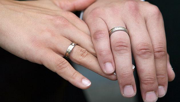 Standesbeamter traute Paare ohne Genehmigung (Bild: dpa/Frank Leonhardt)