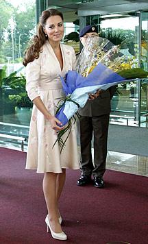 Kate bezaubert in Singapur mit ihrem Kimono-Kleid (Bild: AP)