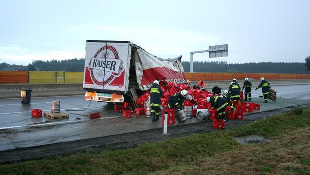 Scherbenhaufen legt A1 nach Unfall in OÖ lahm (Bild: APA/FEUERWEHR SATTLEDT)