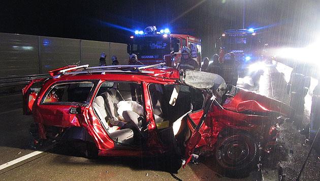 Auto von Sattelzug gerammt: Lenker schwerst verletzt (Bild: FF Golling)
