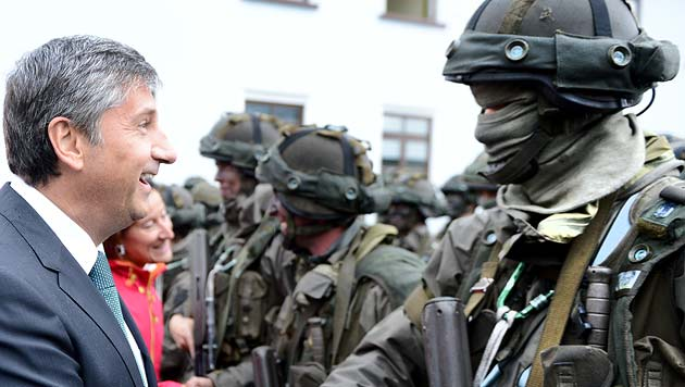 Oberleutnant Spindelegger macht sich gefechtsbereit (Bild: APA/ROBERT JÄGER)
