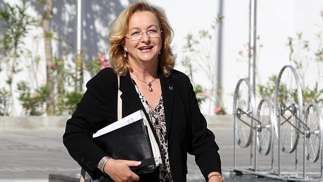 "Fekter strahlt: ""Will Finanzministerin bleiben"" (Bild: EPA)"