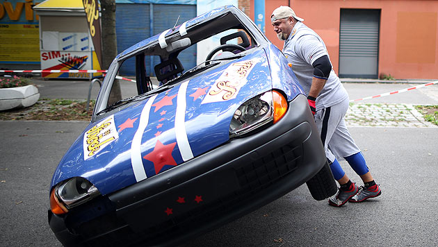 Weltrekord in Wien: Auto zehn Mal umgedreht (Bild: APA/Georg Hochmuth)