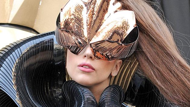Lady Gaga kifft in Amsterdam auf der Bühne (Bild: dapd)