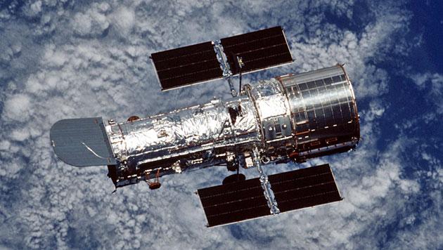 Das Weltraumteleskop Hubble im Erdorbit (Bild: NASA)