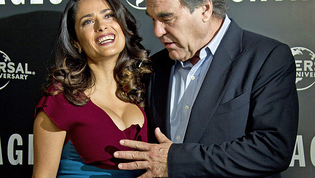 Oliver Stone verliert bei Salma Hayeks Dekolleté Fassung (Bild: dapd)