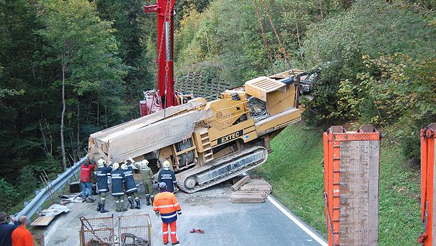 Sbg: 45-Tonnen-Steinbrecher stürzt auf Landstraße (Bild: APA/FF ABTENAU)