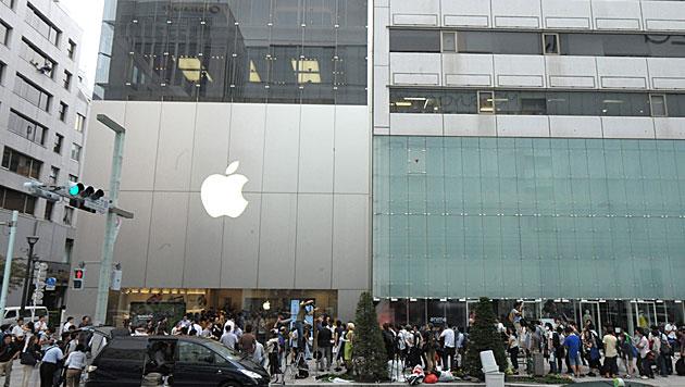 Verkauf des iPhone 5 gestartet - Fans stehen Schlange (Bild: EPA)