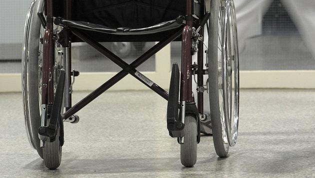 Rollstuhlfahrer über Böschung gestürzt - tot (Bild: dpa/David Ebener)