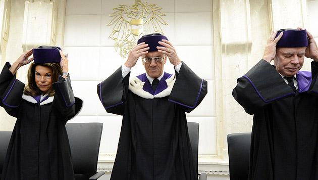 VfGH-Präsident Gerhart Holzinger mit Richterkollegen Brigitte Bierlein und Hans-Georg Ruppe (Bild: APA/HELMUT FOHRINGER)