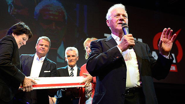 """Party, Pferde und Hotdogs für """"Team Stronach"""" und Fans (Bild: APA/ROBERT JAEGER)"""