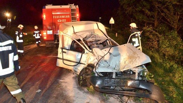 Auto prallt in NÖ gegen Linienbus: 17-Jährige tot (Bild: BFKDO Lilienfeld)