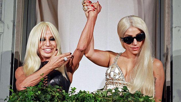 Gaga und Donatella in Mailand: Stilikonen unter sich (Bild: EPA)