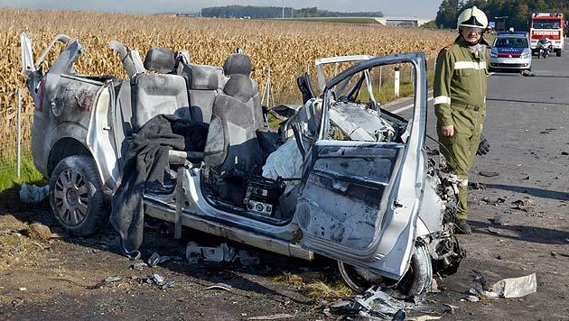OÖ: Taxilenker stirbt bei Kollision mit Schotter-Laster (Bild: APA/FF DIETACH)