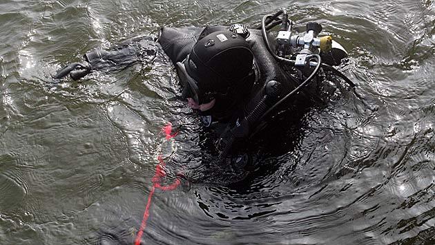 Ruderer in OÖ von Cobra-Tauchern tot aus See geborgen (Bild: ANDI SCHIEL)