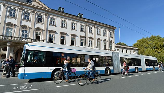 25-Meter-Obus auf Probefahrt durch die Stadt Salzburg (Bild: APA/BARBARA GINDL)