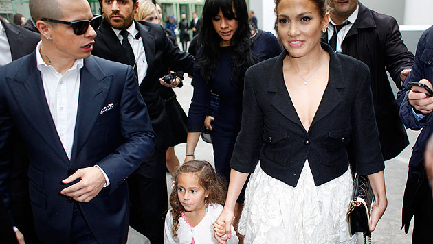Jennifer Lopez' Tochter Emme trägt bereits Chanel (Bild: AP)