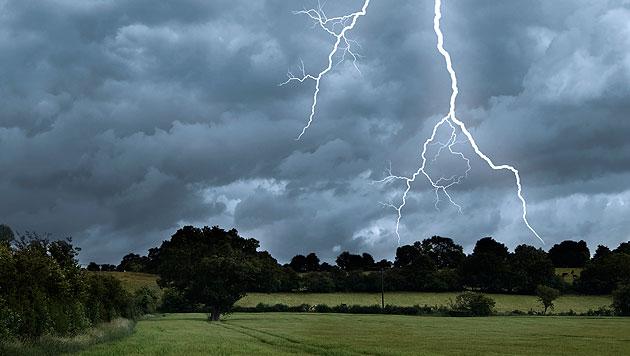 Frau (33) übersteht Blitzschlag völlig unverletzt (Bild: thinkstockphotos.de (Symbolbild))